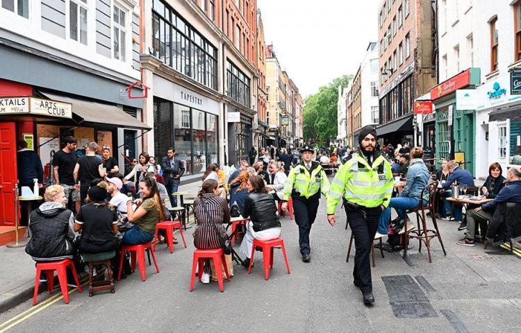 La reapertura de pubs y restaurantes ingleses impulsa la economía británica