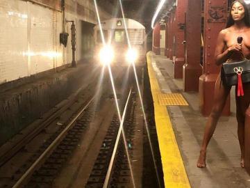 Las fotos de Naomi Campbell desnuda en el metro de Nueva York
