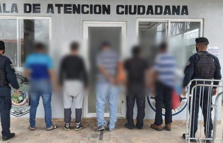 Agarraron a cinco libando licor en un bar en Torrijos Cárter