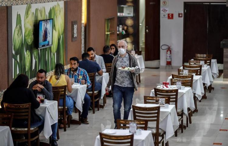 Sao Paulo, epicentro del covid-19 en Brasil, reabre bares y centros de belleza