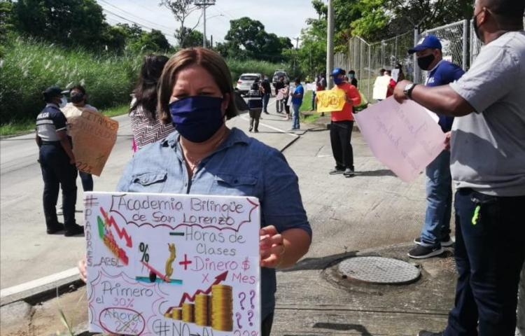 Padres de familia de la Academia Bilingüe San Lorenzo inconformes con descuento del 22%