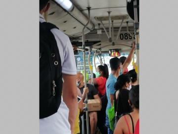 Metrobuses incumplen con exceso de pasajeros