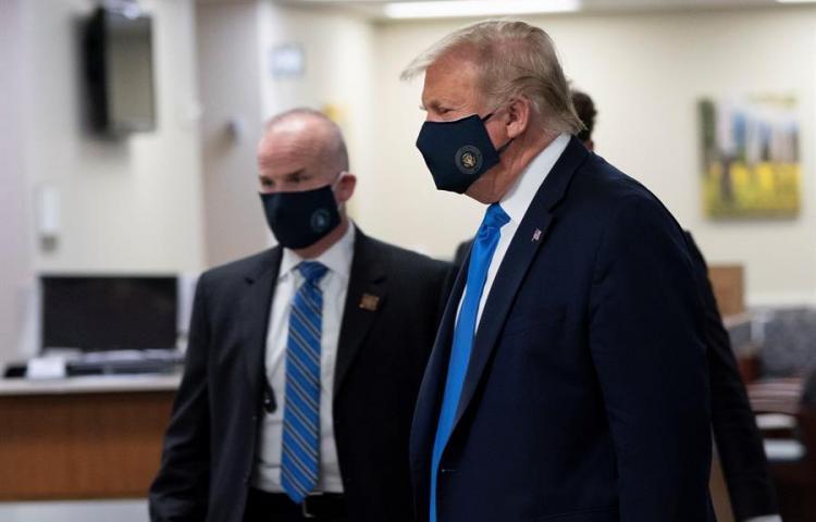 Trump aparece por primera vez en público con mascarilla