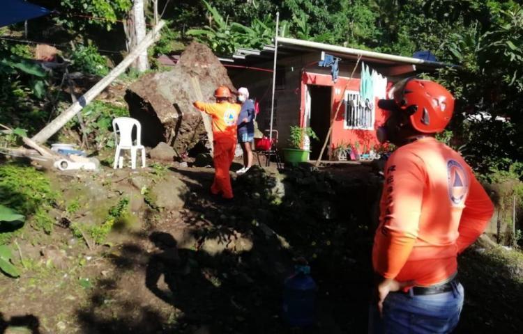 Roca de gran tamaño cae sobre residencias en Las Cumbres