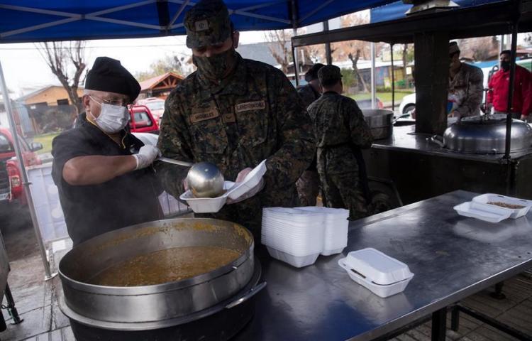 El Ejército de Chile cocina y reparte raciones solidarias en Santiago