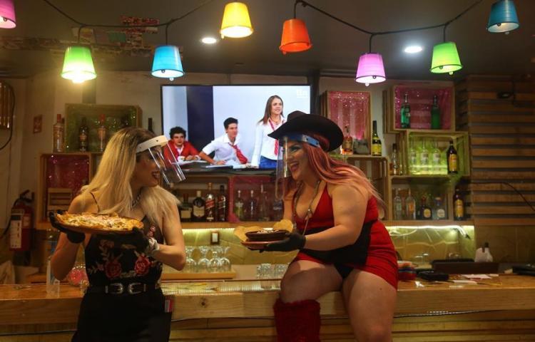 Drag queens cambian de trabajo por COVID y se hallan como camareras en México