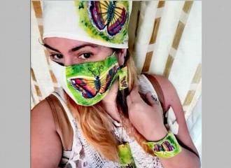 Mujeres combinan su mascarillas con accesorios de vestir.