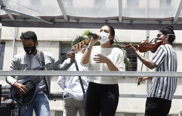 Músicos llevan sus melodías a hospitales de Medellín