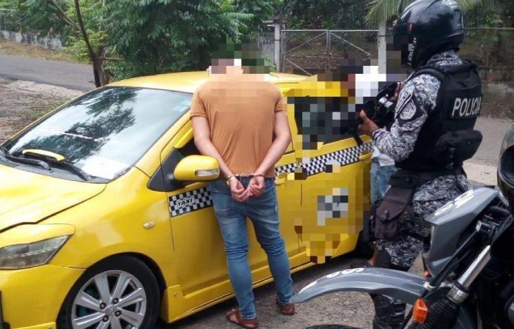Iban en un taxi con 13 paquetes de droga en Agua Buena, Chilibre