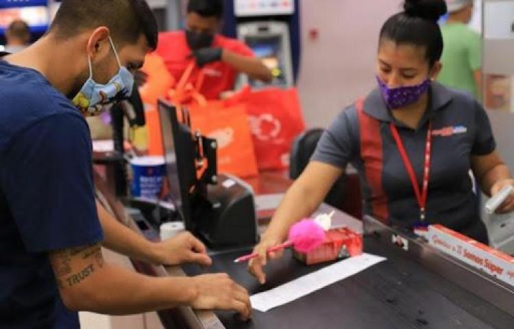 Panameños denuncian problemas con el vale digital