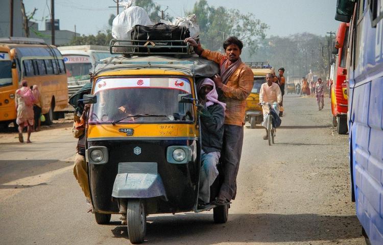 10 muertos por consumo de desinfectante en India tras prohibición de licor