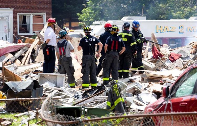 Un muerto, heridos y tres casas destruidas deja explosión de gas en Baltimore