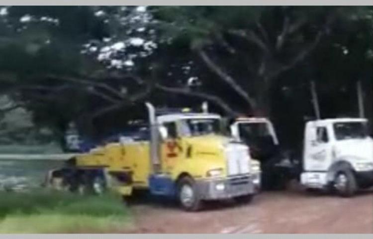 Sacaron auto que cayó en las esclusas de Pedro Miguel y había un cadáver