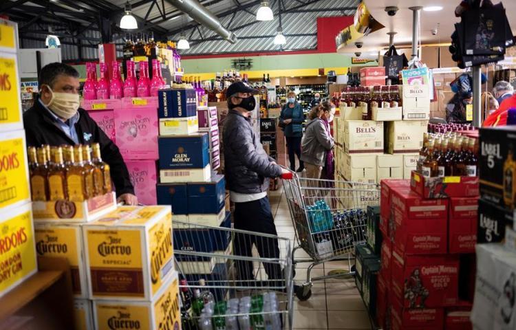 Los sudafricanos hacen cola para volver a comprar alcohol y tabaco