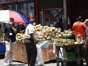 Vendedores buscan su sustento