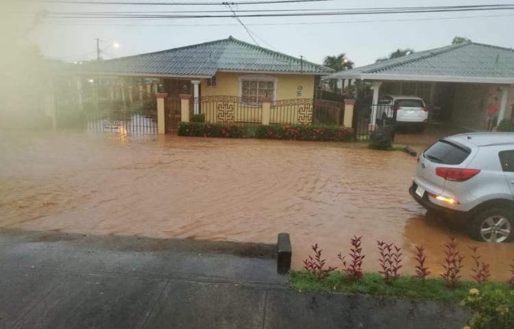 Fuerte aguacero inundó varias viviendas en Chitré