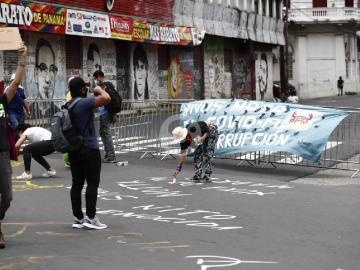 Universitarios pintan las calles en contra de la corrupción