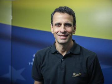 Capriles da un golpe sobre la mesa y vuelve a la primera línea