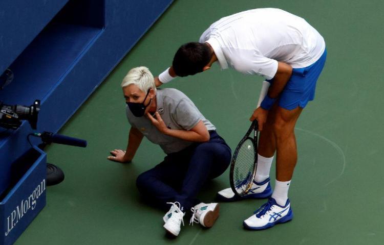 Djokovic, eliminado por dar un pelotazo a una jueza de línea
