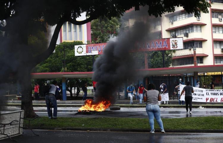 Universitarios cierran la vía Transístmicay queman llantas