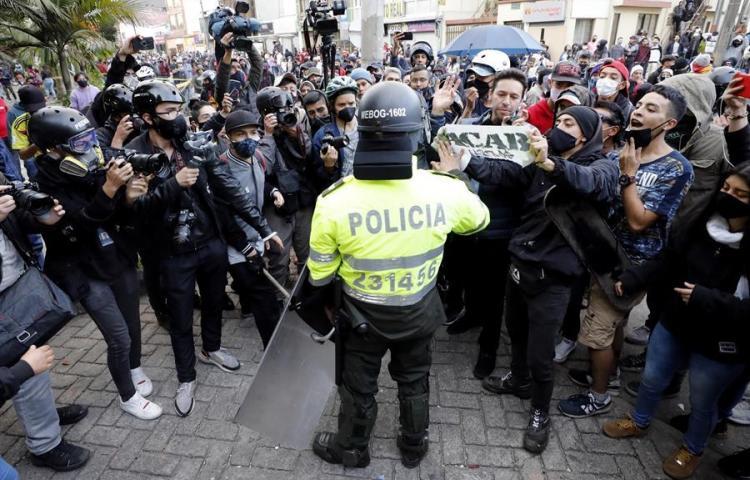 Suspenden a dos policías colombianos involucrados en la muerte de un abogado