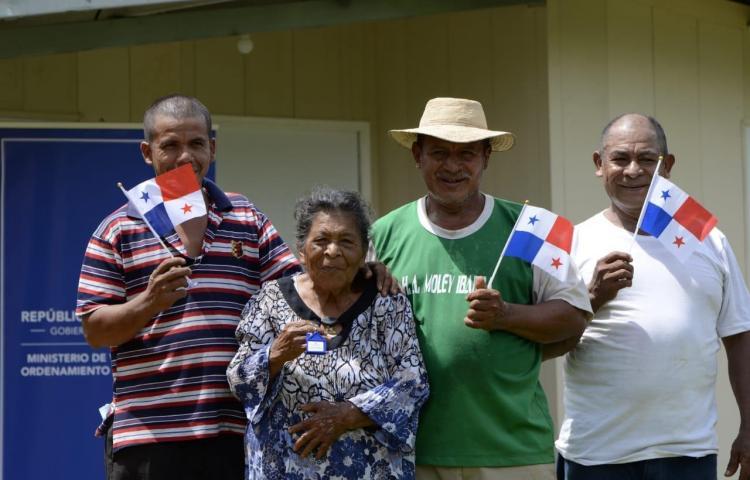 Familias de zonas rurales reciben viviendas