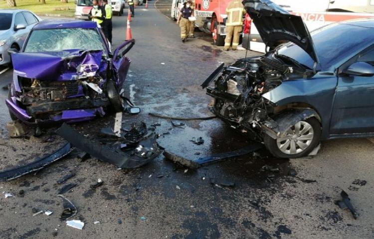 Seis personas heridas tras colisión de dos autos