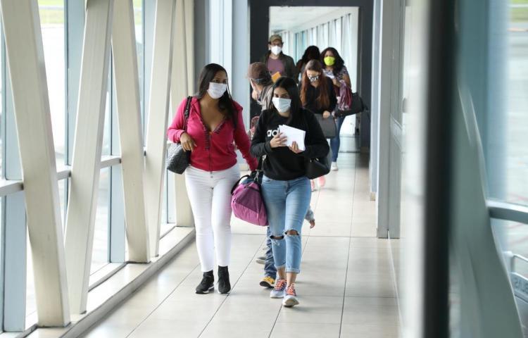 Viajeros deben portar el certificado de pruebas de hisopado negativo