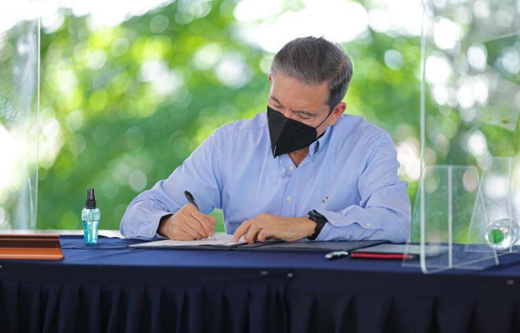 Presidente firma decreto que crea alianza entre Turismo, Conservación e Investigación