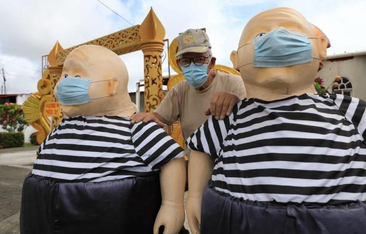Con sus muñecos, artista del hielo seco atrae a clientes en medio de la pandemia