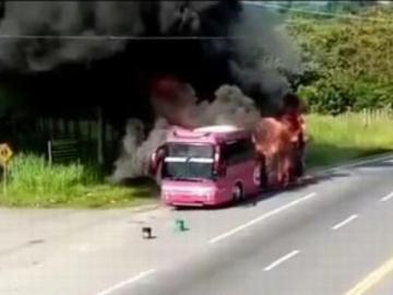 Pasajeros de bus se salvaron de las llamas