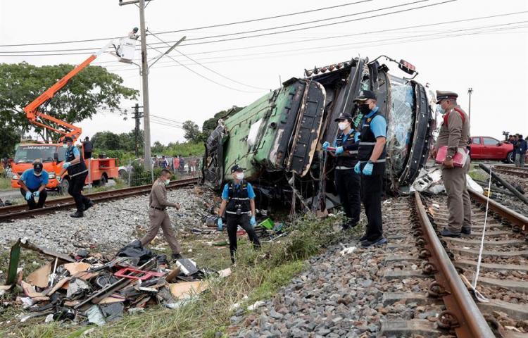 18 muertos en una colisión entre un tren y un autobús al este de Bangkok