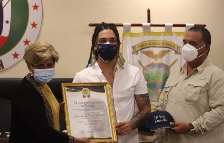 Jonathan Araúz recibe distinción