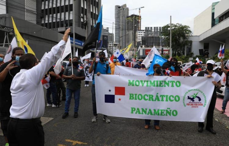 Panameños protestan en el Ministerio de Economía y Finanzas