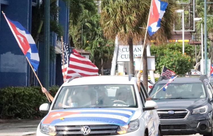 Simpatizantes de Trump en Puerto Rico celebran caravana de autos en su apoyo