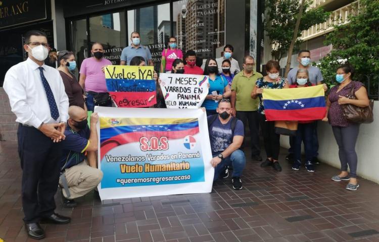 Venezolanos protestan por vuelo humanitario