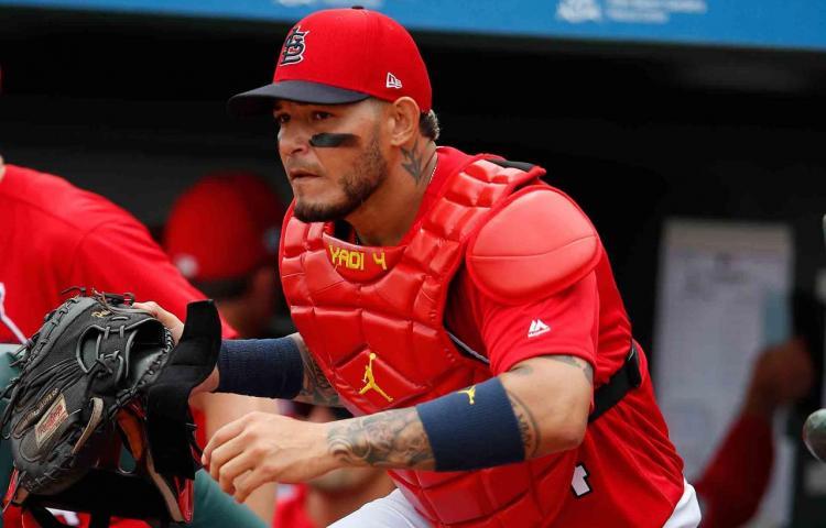 Yadier Molina cree que no quieren que iguale los 10 guantes de oro de Bench