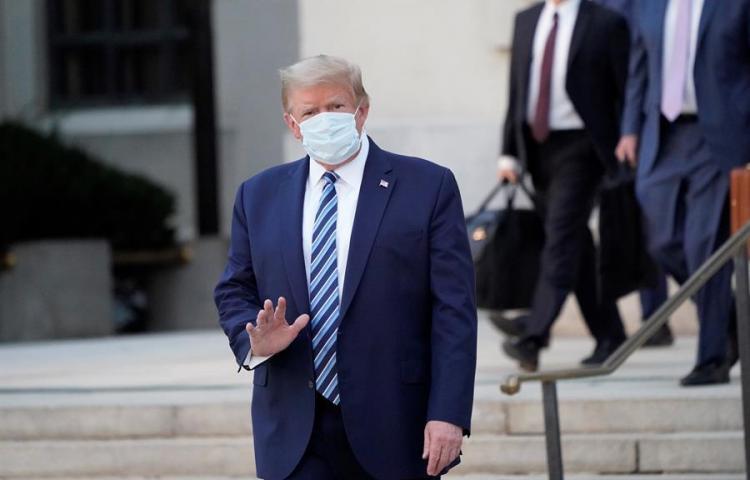 """Trump dice que es """"estúpido"""" hacer tantos tests de covid tras récord de casos"""