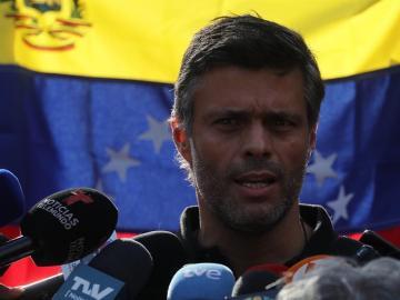 Leopoldo López salió de Venezuela y viajará a España, según su padre