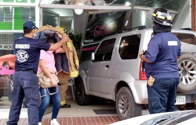 Conductora de vehículo choca contra local comercial de Chitré