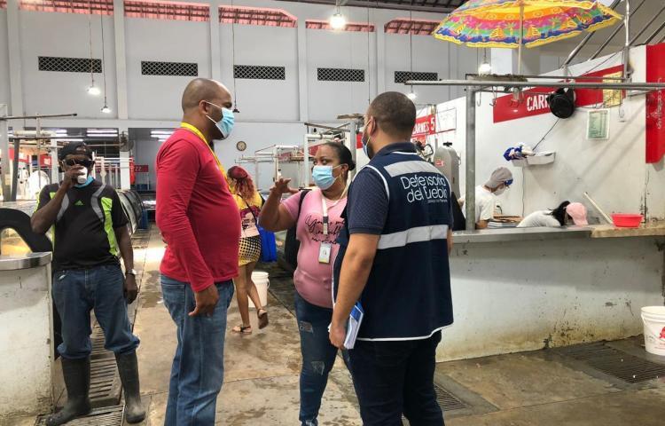 Nuevos puestos para guardar alimentos en el Mercado de Colón están sucios