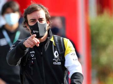 Fernando Alonso completa 93 vueltas en primer día de entrenamientos en Baréin