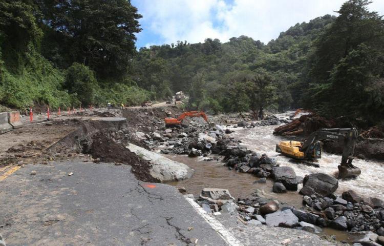 MOP rehabilita calles en áreas destruidas por Eta
