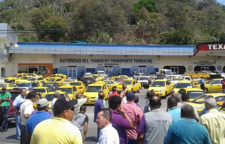 Caos por protestas de taxistas en el país