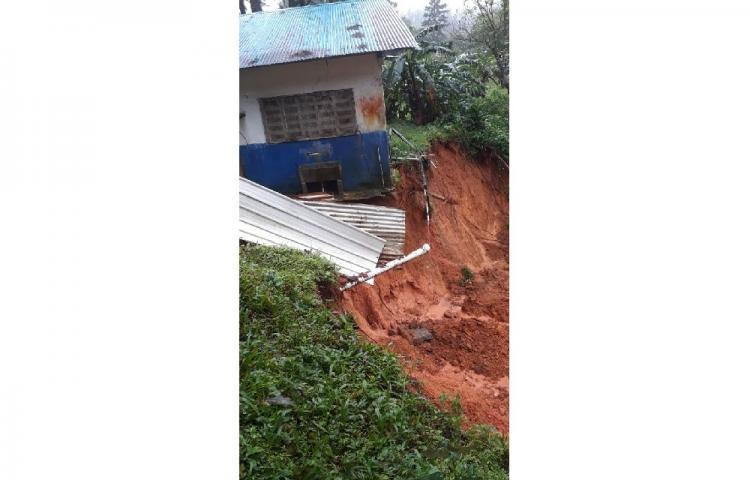 Colegio en Herrera es afectado por deslizamiento de tierra