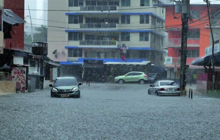La ciudad capital se anega por la intensa lluvia