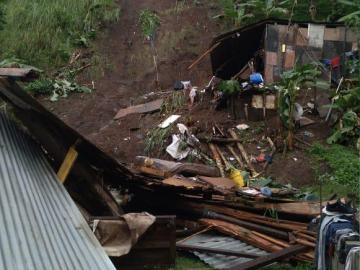 ¡Urgente ! Deslizamiento de tierra e inundación dejó sin hogar a más de 15 niños
