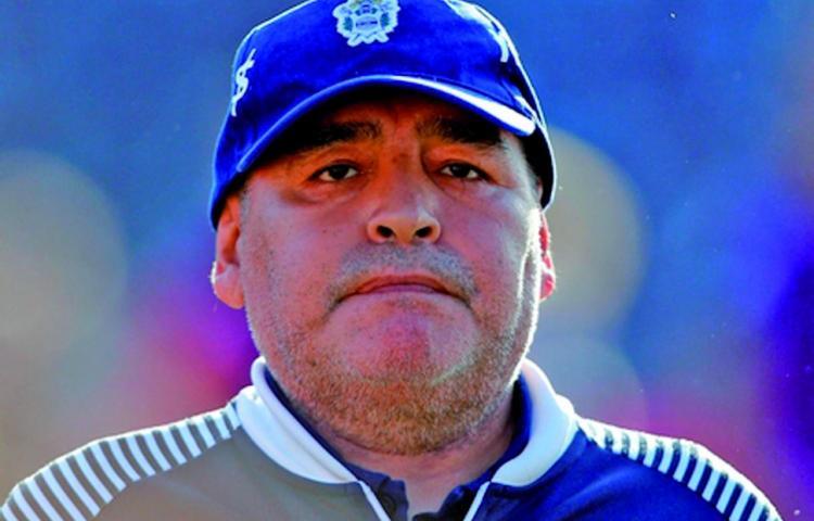 Pide perdón empleado de funeraria tras sacarse una foto con Maradona muerto