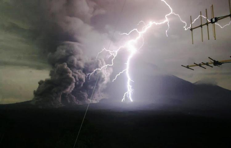 El volcán indonesio Semeru expulsa una columna de humo de hasta 2,000 metros