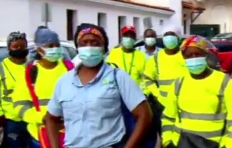 Trabajadores de aseo tienen que trabajar con una mascarilla todo el santo día
